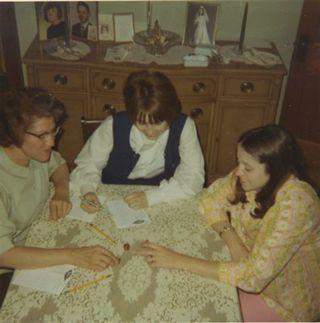 1971 Rose, LaVonne, Linda play Yahtzee