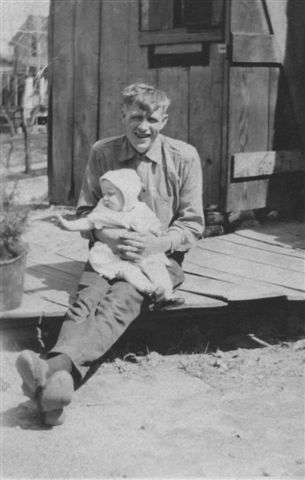1922 ca. Jens Andersen holds daughte Elsie